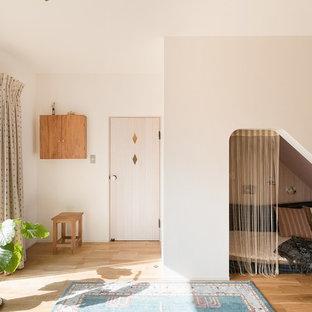 京都の北欧スタイルのおしゃれなファミリールーム (白い壁、淡色無垢フローリング、ベージュの床) の写真