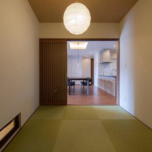 Ejemplo de sala de estar cerrada, de estilo zen, pequeña, con paredes blancas, tatami y suelo verde