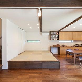 他の地域の和風のおしゃれなファミリールーム (白い壁、薪ストーブ、茶色い床) の写真