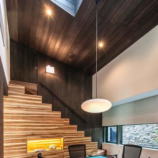 モダンスタイルのおしゃれな独立型ファミリールーム (ゲームルーム、茶色い壁、暖炉なし、テレビなし、黒い床) の写真