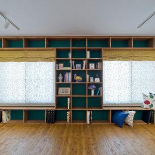 横浜のアジアンスタイルのおしゃれなファミリールーム (白い壁、無垢フローリング、茶色い床) の写真