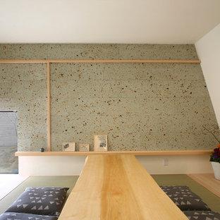 他の地域の小さい和風のおしゃれなファミリールーム (白い壁、畳、緑の床) の写真