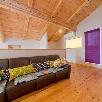 赤いインテリアが映える、シンプルで感性豊かな北欧モダンの家