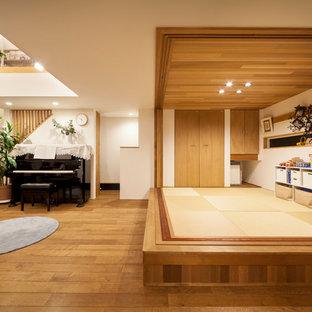Foto de sala de estar asiática con paredes blancas y suelo marrón