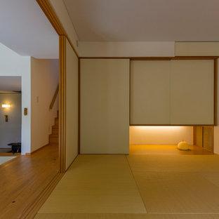 Ispirazione per un soggiorno etnico di medie dimensioni con pareti bianche, pavimento in tatami e pavimento marrone
