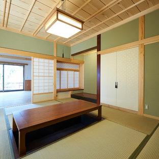 Réalisation d'une salle de séjour asiatique avec un mur vert, un sol de tatami et un sol vert.