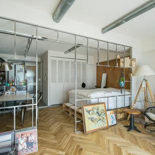 東京23区のインダストリアルスタイルのおしゃれなファミリールーム (白い壁、淡色無垢フローリング、ベージュの床) の写真