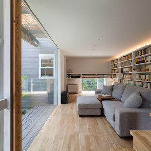 他の地域のコンテンポラリースタイルのおしゃれな独立型ファミリールーム (ライブラリー、白い壁、テレビなし、淡色無垢フローリング、ベージュの床) の写真