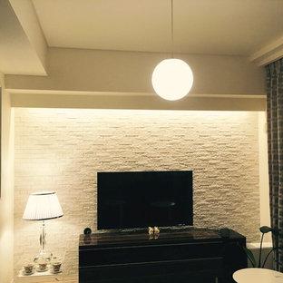 Imagen de sala de estar abierta, moderna, pequeña, sin chimenea, con paredes blancas, suelo de contrachapado, televisor colgado en la pared y suelo beige