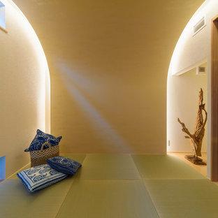 Immagine di un soggiorno etnico chiuso con pareti bianche, pavimento in tatami e pavimento verde