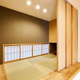 Idées déco pour une salle de séjour contemporaine avec un mur vert et un sol de tatami.