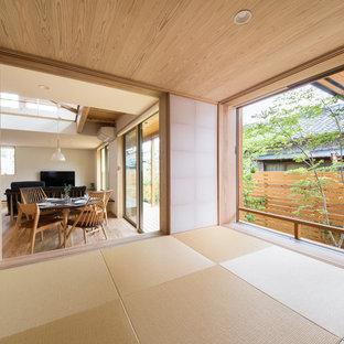 他の地域のアジアンスタイルのおしゃれなオープンリビング (畳、茶色い床) の写真