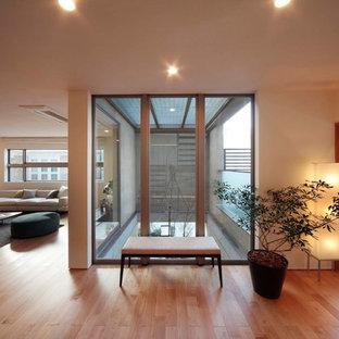 Modelo de sala de estar asiática con paredes blancas, suelo de madera clara y suelo marrón