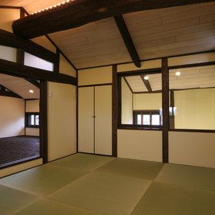 Foto de sala de estar con barra de bar cerrada, de estilo zen, pequeña, con paredes beige, tatami, televisor colgado en la pared y suelo verde