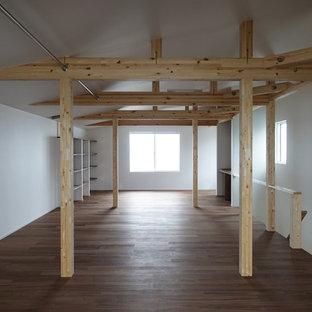 Idee per un soggiorno minimal stile loft con pareti bianche e pavimento in compensato