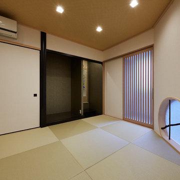 黒竹をアクセントにした丸窓で風情のある和室に
