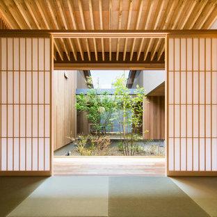Fernseherloses Asiatisches Wohnzimmer ohne Kamin mit beiger Wandfarbe und Tatami-Boden in Sonstige