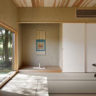 他の地域のアジアンスタイルのおしゃれな独立型ファミリールーム (畳、緑の床、茶色い壁) の写真