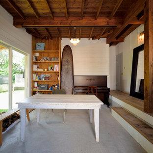 他の地域のビーチスタイルのおしゃれな独立型ファミリールーム (白い壁、コンクリートの床、グレーの床) の写真