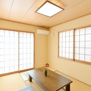 Idee per un soggiorno etnico con pareti beige, pavimento in tatami e pavimento marrone