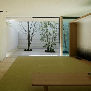 Foto di un soggiorno moderno con pareti bianche, pavimento in travertino, nessuna TV e pavimento beige