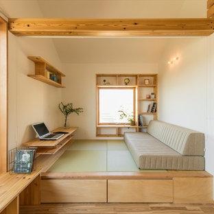 Idee per un piccolo soggiorno scandinavo con pareti bianche, pavimento in tatami e pavimento verde