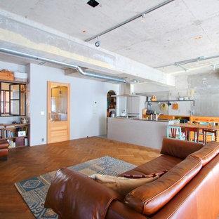 東京23区のインダストリアルスタイルのおしゃれなファミリールーム (グレーの壁、無垢フローリング、茶色い床) の写真