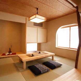 Ispirazione per un soggiorno etnico chiuso con pareti marroni, pavimento in tatami e pavimento verde