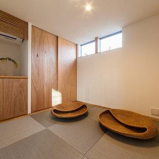 他の地域の小さい和風のおしゃれなファミリールーム (白い壁、畳、グレーの床) の写真