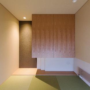 札幌の和風のおしゃれなファミリールーム (白い壁、畳、緑の床) の写真