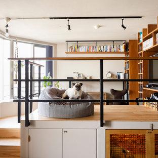 東京23区のコンテンポラリースタイルのおしゃれなファミリールーム (ゲームルーム、白い壁、無垢フローリング、据え置き型テレビ、茶色い床) の写真