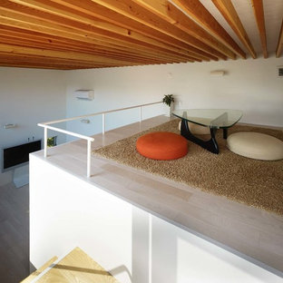 Esempio di un soggiorno design di medie dimensioni e stile loft con sala giochi, pareti bianche, pavimento in compensato, TV autoportante e pavimento beige