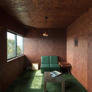他の地域のミッドセンチュリースタイルのおしゃれなファミリールーム (茶色い壁、カーペット敷き、緑の床) の写真