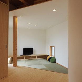 Ispirazione per un soggiorno chic aperto e di medie dimensioni con pareti bianche, pavimento in tatami, TV autoportante, sala giochi, nessun camino e pavimento beige