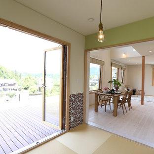 Cette photo montre une salle de séjour scandinave fermée avec un mur vert et un sol de tatami.