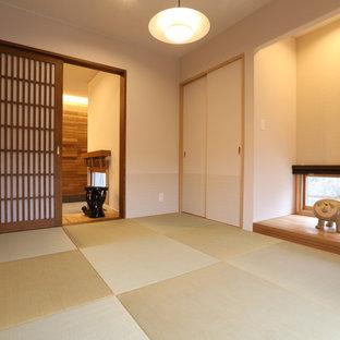 他の地域のアジアンスタイルのおしゃれな独立型ファミリールーム (白い壁、畳) の写真