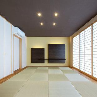 福岡の和風のおしゃれな独立型ファミリールーム (マルチカラーの壁、畳、緑の床) の写真