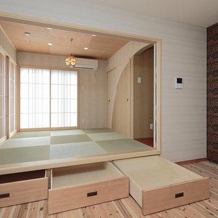 Idee per un soggiorno etnico con pareti beige, pavimento in tatami e pavimento verde