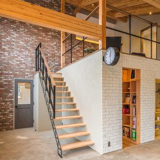 他の地域のインダストリアルスタイルのおしゃれなファミリールーム (マルチカラーの壁、コンクリートの床、グレーの床) の写真