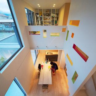 Kleines, Fernseherloses Modernes Wohnzimmer mit brauner Wandfarbe und Tatami-Boden in Fukuoka