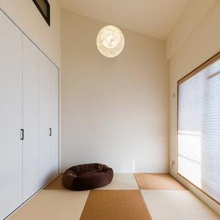 大阪の中サイズの和風のおしゃれなファミリールーム (ゲームルーム、白い壁、畳、テレビなし、マルチカラーの床) の写真