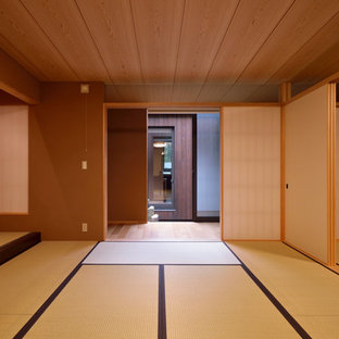 東京23区の和風のおしゃれな独立型ファミリールーム (茶色い壁、畳、緑の床) の写真