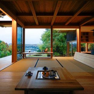 神戸のアジアンスタイルのおしゃれなファミリールーム (畳、薪ストーブ、茶色い床) の写真