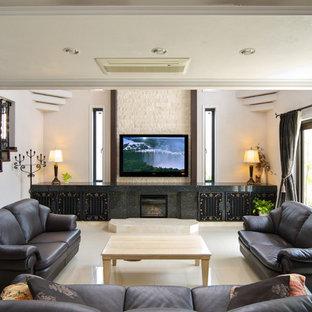 他の地域のトランジショナルスタイルのおしゃれなファミリールーム (大理石の床、壁掛け型テレビ、白い床) の写真