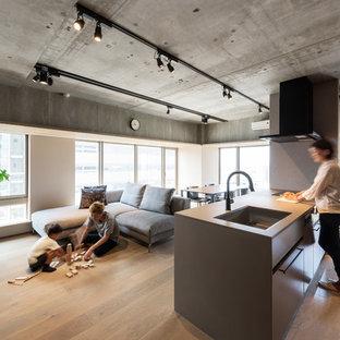 福岡のインダストリアルスタイルのおしゃれなファミリールーム (白い壁、グレーの床、無垢フローリング) の写真