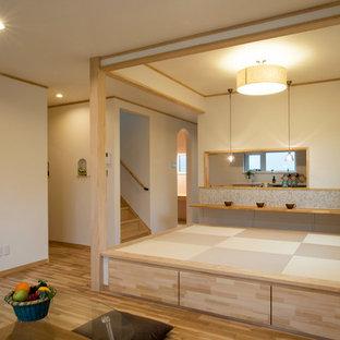 Asiatisches Wohnzimmer mit weißer Wandfarbe, Tatami-Boden und beigem Boden in Sonstige