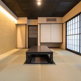 他の地域, の和風のおしゃれなファミリールーム (ベージュの壁、畳、緑の床) の写真