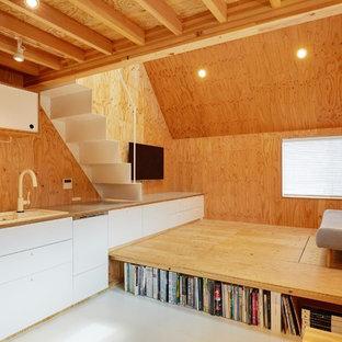 Ejemplo de sala de estar tipo loft, de estilo americano, pequeña, con televisor colgado en la pared