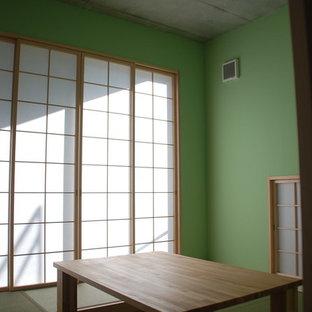 Immagine di un soggiorno tradizionale con pareti verdi e pavimento in tatami