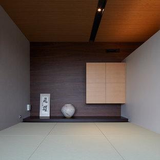 Fernseherloses Asiatisches Wohnzimmer ohne Kamin mit grauer Wandfarbe, Tatami-Boden und grünem Boden in Tokio